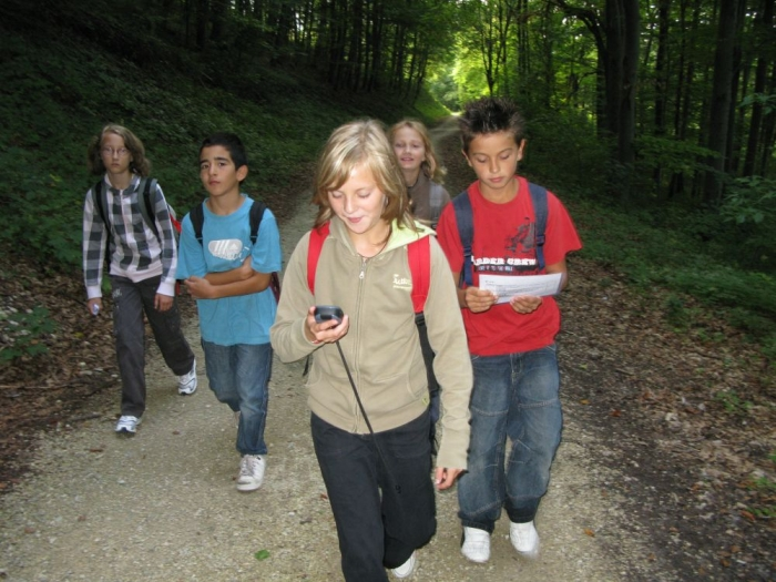 Bild Schüler beim Geocachen